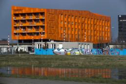 240216 GRONINGEN STAD - De appartementen Hete Kolen wordt gebouwd in het centrum van het Europapark, vlakbij de euroborg op de kruising van het Winschoterdiep en de Boumaboulevard. De karakteristieke kolenmuur van de oude energiecentrale is een belangrijk onderdeel in het ontwerp van de flat. Totale hoogte van het gebouw is 5 lagen. Op de begane grond is ruimte voor kantoren en daarboven is woonruimte voor jongeren: 132 studio's die Lefier gaat verhuren.