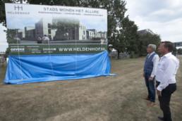 190718 EMMEN - Geveke lanceert de plannen voor de nieuwbouw van de 'heldenhof' op de plek van de oude brandweerkazerne. Ook het bouwbord werd onthuld door de wethouder.