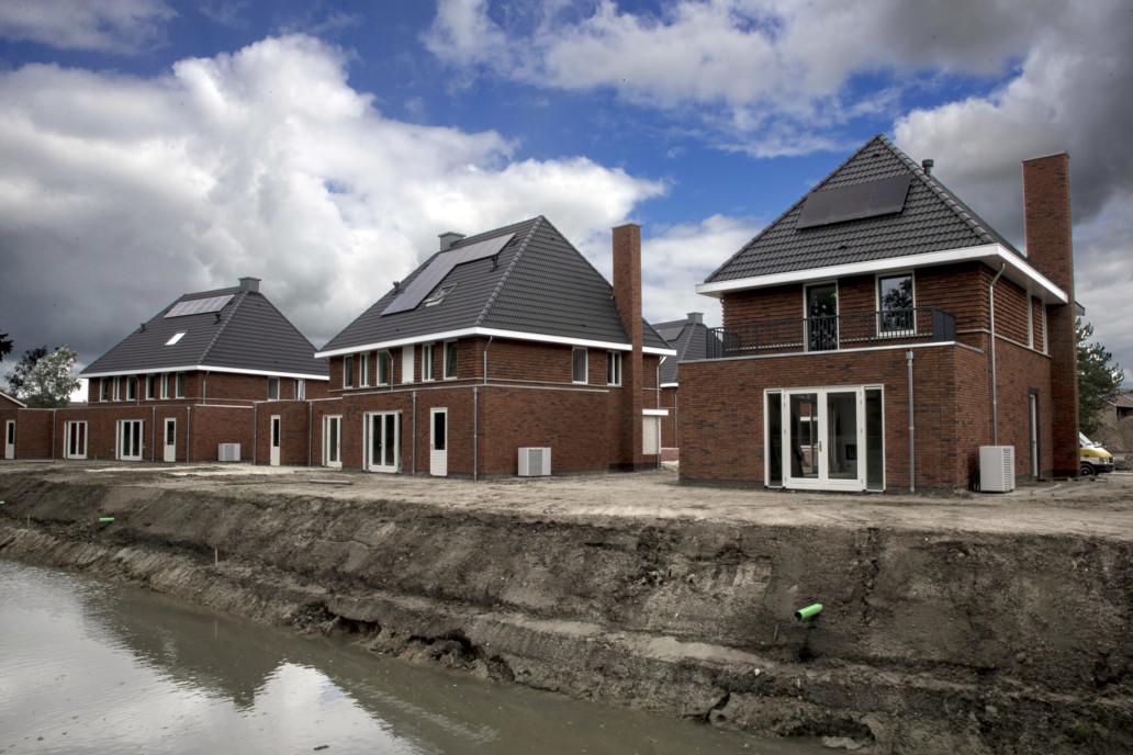 070720 ZUIDHORN - Nieuwbouwhuizen zijn bijna klaar. De straternmaker en de loodgieter zijn aan het afwerken. Zuidhorn