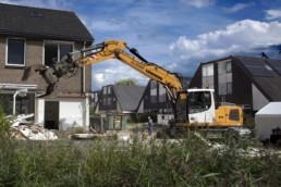 180820 TEN BOER - De sloop van 30 woningen aan de Fazanthof is eindelijk begonnen. Onsder grote belangstelling van de ex-bewoners ( die nu in de wisselwoningen verblijven) werd eerst het bord onthuld met de artist impression. Daarna werd begonnen met de échte sloop. Het huis van de heer Snaak viel de twijfelachtige eer te beurt. Alle huizen hadden ozveel bevingsschade door de aardbevingen dat ze niet meer te redden waren. Voor de kerst van 2021 moeten de woningen klaar zijn. Geveke is de aannemer.
